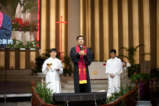 rev-yang-presides-the-communion-service-for-the-baptized-members