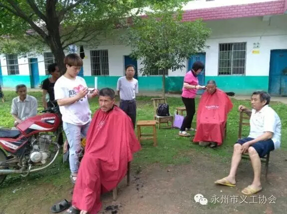 the-volunteers-cut-the-hair-of-seniors