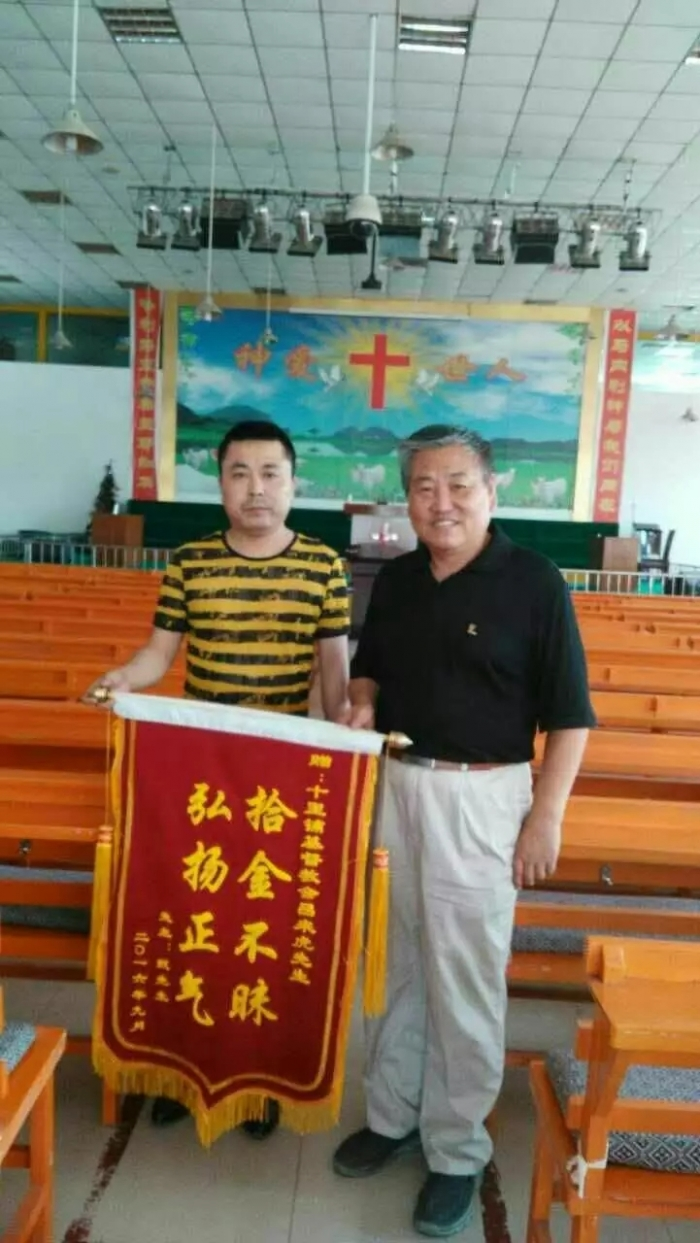 lv-laihu-left-received-the-pennant-from-the-hand-of-zhen-right-the-owner-in-shilipu-church