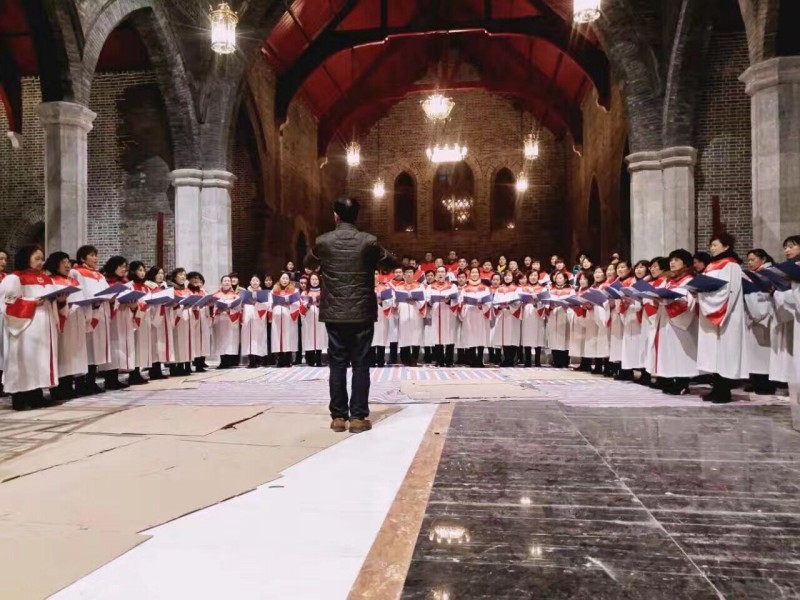 the-choir-director-leads-the-choir-to-sing-hymns-in-the-cathedral
