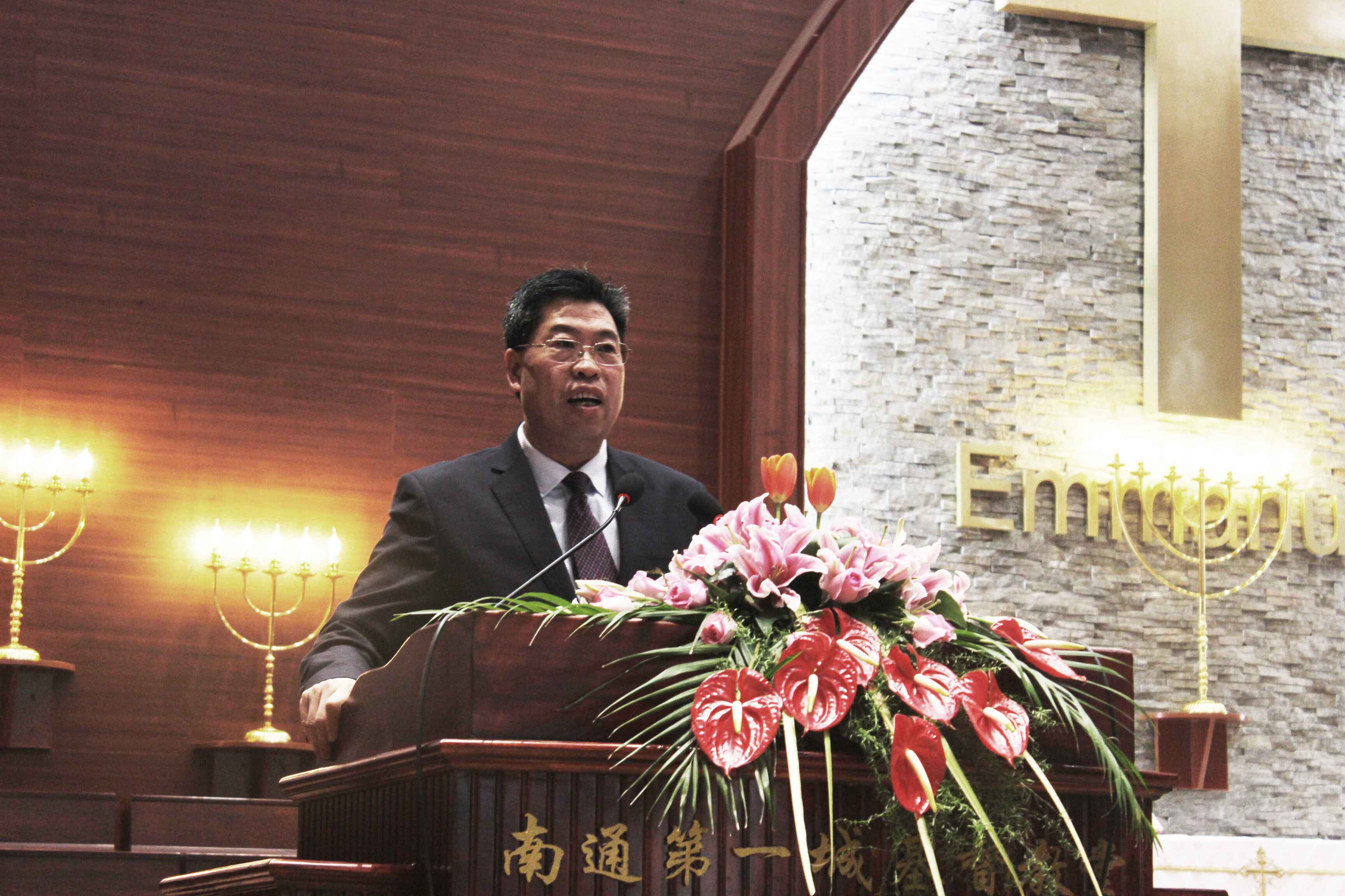 rev-zhang-keyun-preaches-the-sermon-in-diyicheng-church