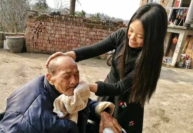 zheng-meilan-wiped-the-face-of-her-father
