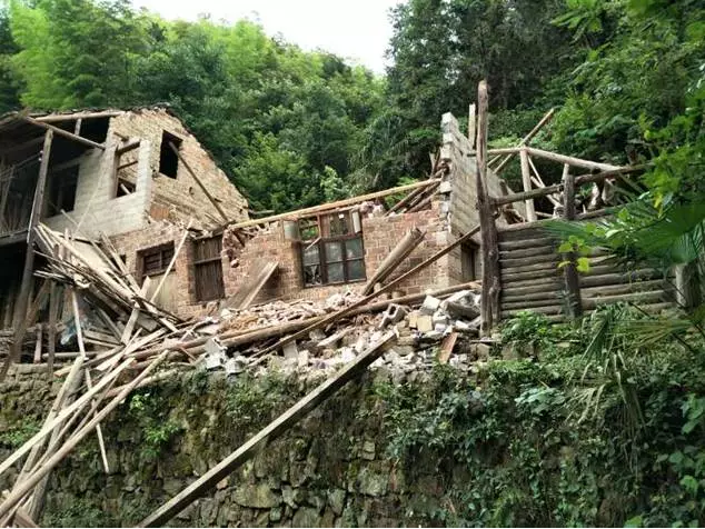 torrential-rain-caused-two-houses-collapsed-in-xinhua-county-loudi-hunan