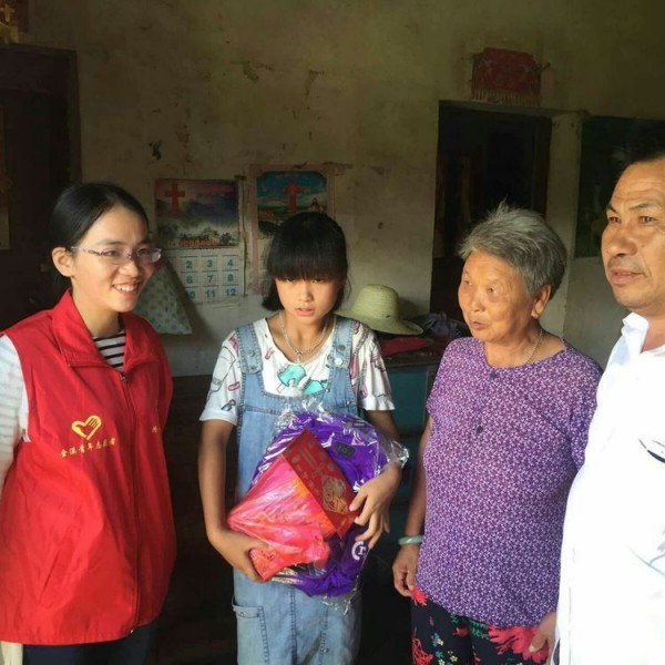 yu-zhilan-middle-received-a-fund-and-a-schoolbag-from-jin-changjian-right