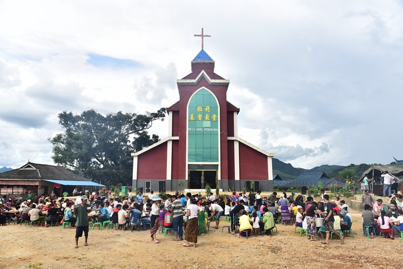 lahu-christians-enjoyed-food-before-banli-church-on-their-thanksgiving-day