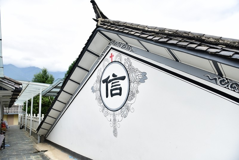 The Bible School building represents the cultural fusion-- connecting Christianity and the Bai People。