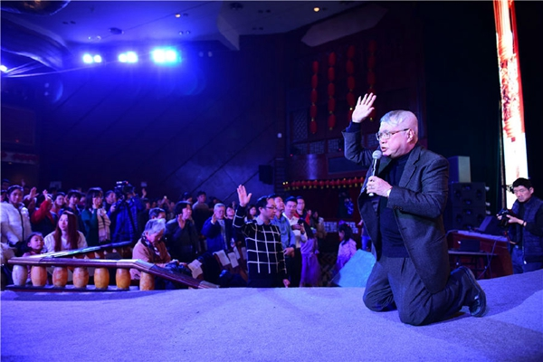 Pastor Knee down to pray for congregations.(Credit: ChristianTimes.cn)