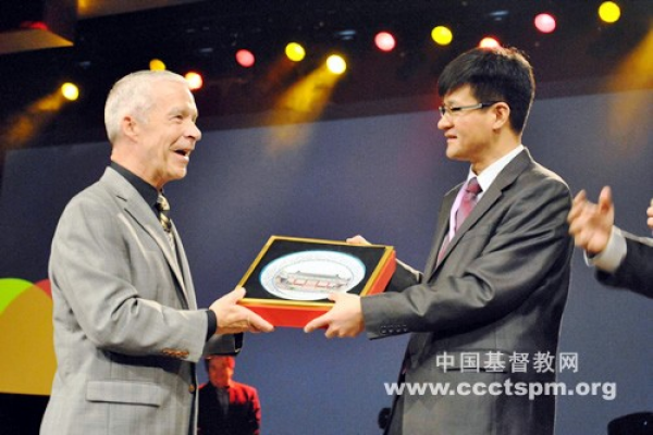 rev-dr-joel-hunter-receives-a-gift-from-the-chinese-delegation