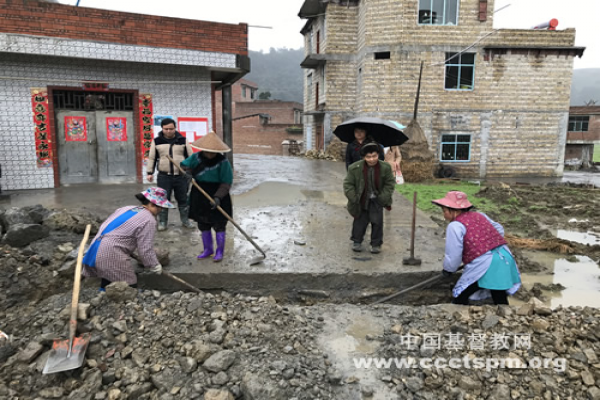 The team of CCC&TSPM investigated the progress of a sewage ditch project.