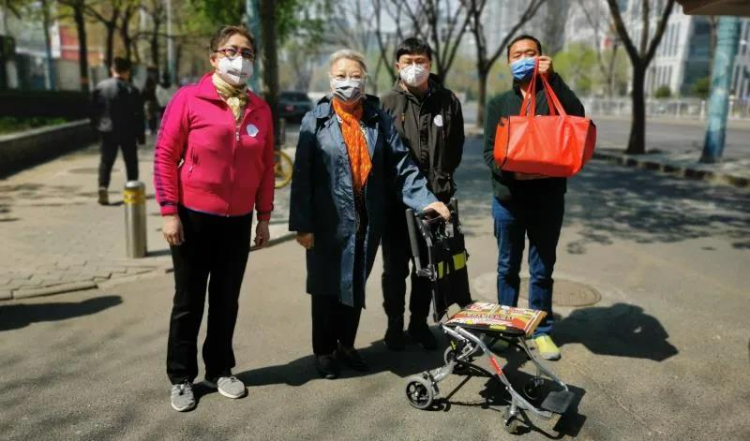 Volunteers of Beijing Chongwenmen Church visited difficult families on April 6, 2020.