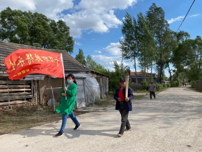 Hebei Church in Dashitou Town, Dunhua, Jilin organized believers to clean up street garbage on June 14, 2020.