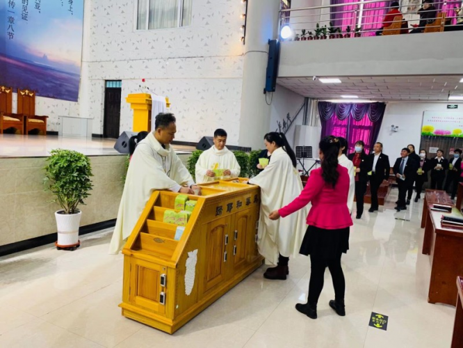 On the morning of November 22,2020, the etiquette group of the Nanzhan Church Dongfeng County, Liaoyuan City, Jilin Province guided the participants to make an offering orderly.