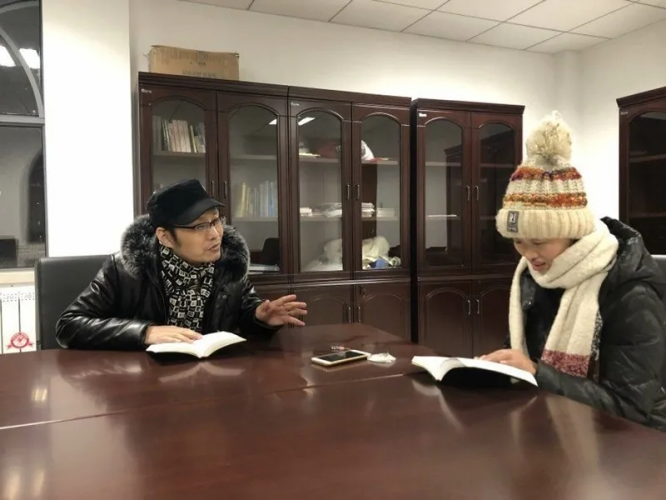 Sister Chen Li was sharing the experience of reading the Bible with a man when she was alive.