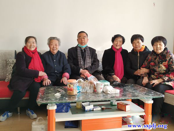 Pastor Wang Binghui and the staff of the Shilipu Church in Baoji City, Shaanxi Province took photos with the elderly believers during their visit from December 7 to 21, 2020.