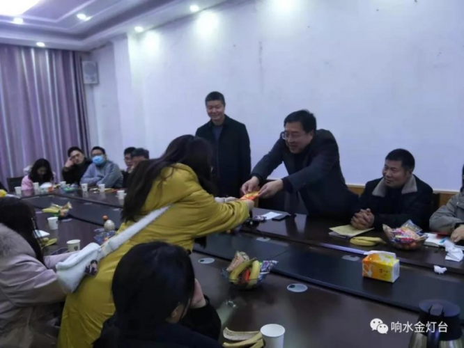 A student received financial assistant from the  Xiangshui County TSPM in Yancheng City, Jiangsu Province on February 22, 2021.