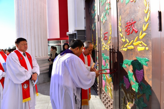 Rev. Liu Yang(right), the senior pastor of the church, and Rev. Lv Dezhi, associate chairman of CCC and president of Heilongjiang Theological Seminary, open the door
