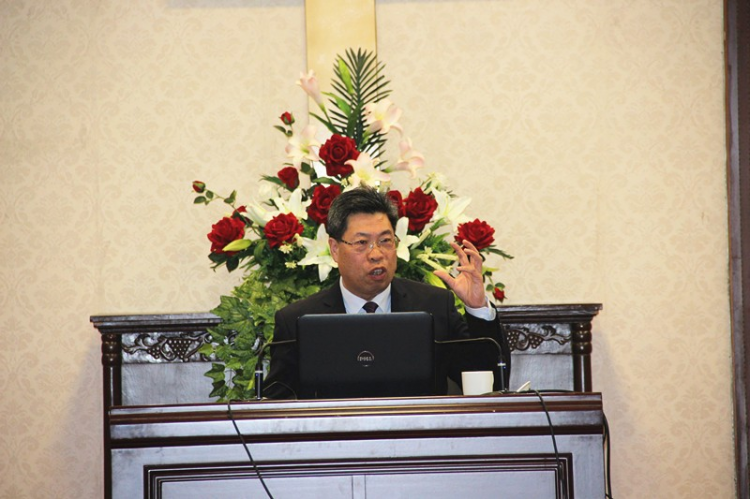 Rev. Zhang Keyun gives the lecture