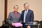 Bishop Efraim Tendero (Left), the Secretary General,received a present from Elder Fu Xianwei
