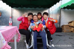 Xiao Liyang, the boy with cerebral palsy, laughed happily after receiving a gift and donation from the fellowship.