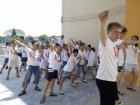 The team members led the pupils in Xi'an to do morning exercises.