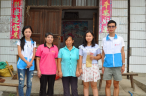 Two members of the team gave money to Hu Lijuan (the fourth from the left) who has been admitted to a medical college.
