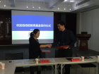 She Hongyu (left), vice secretary of the Amity Foundation, and Huang Zhenqiang, vice director of the Uplus Academy, signed the fund contract.
