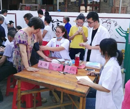 The medical team of Bethesda Volunteer Service Center offered treatment to people in Gaoyang Village.