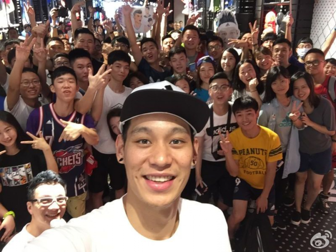 Photo: Jeremy Lin with his fans
