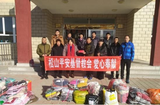 Group photo: over ten people from Chifeng CCC&TSPM of Inner Mongolia and Chifeng Ping'an Church gave free clothes to left-behind in Dafuying Elementary School on Nov. 29, 2017.