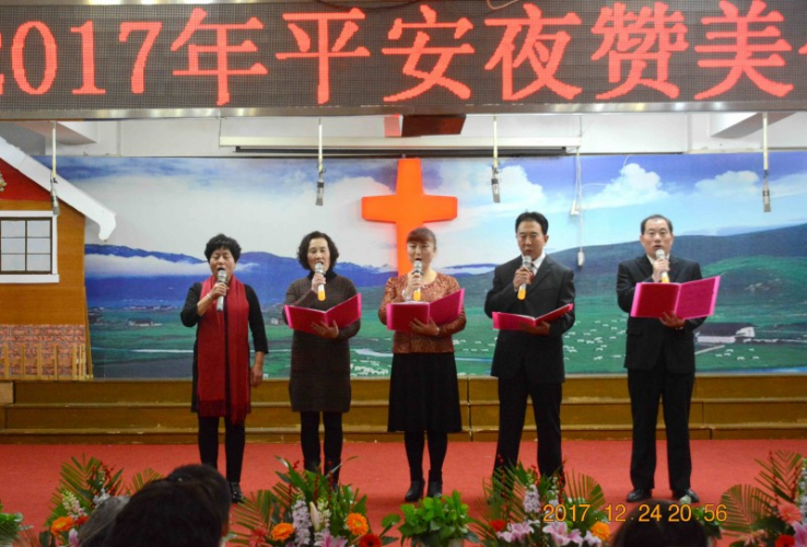 Liaoning Lvhuajie Church:five believers read poems.