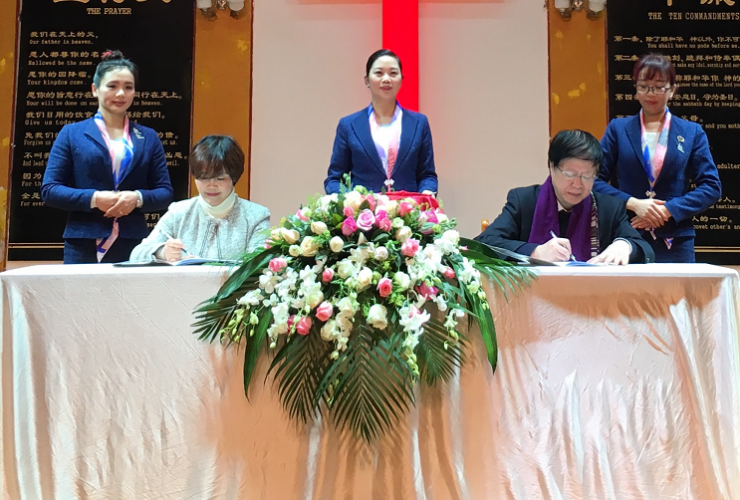 Rev. Liao Xiaoqin, chairman of the Luzhou TSPM, signed a cooperation contract of the Rose Fund with Qiu Zhonghui, general secretary of the Amity Foundation, Jan. 27, 2018.