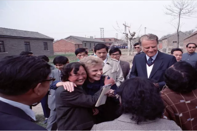 In 1988, Ruth Bell Graham met her childhood friend in Huai'an where she was born to the Bells.