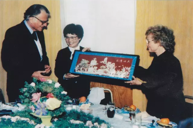 The mayor of Huai'an sent a painting to the Grahams in 1988.