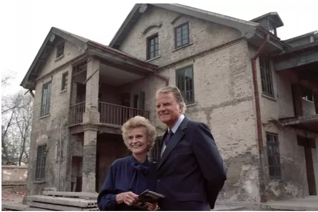 Billy and Ruth Graham visited Ruth's birthplace in Huaiyin, 1988.