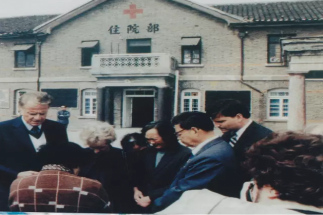 Billy and Ruth Graham prayed with Huai'an believers, 1988.