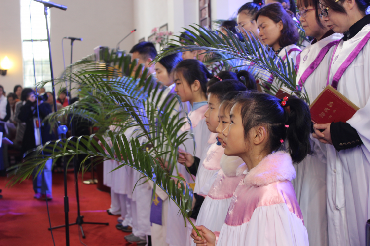 The choir of Mochou Lu Church presented hymns with palm branches in their hands on March 25, 2018.