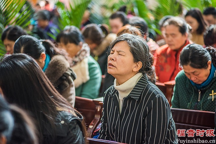 Palm Sunday Service in Yanjing Theological Seminary: the congregation prayed to God.