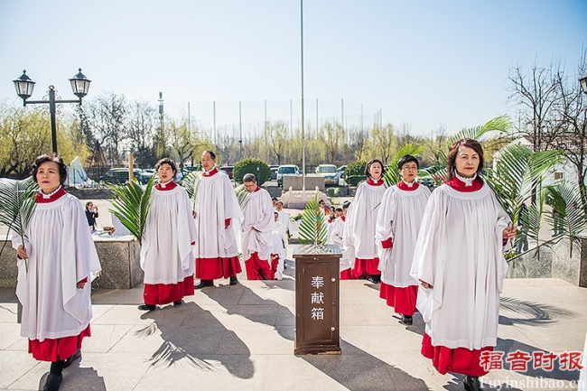 Palm Sunday Service in Yanjing Theological Seminary: the choir members walked into the chapel with branches in their hands.