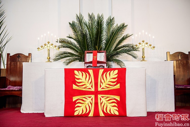 Palm Sunday Service in Yanjing Theological Seminary: the altar was adorned with a red cloth.