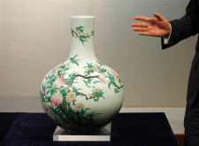 Example of a Tianqiuping Vase made from the Qianlong period