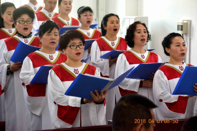 The choir of Lvhuajie Church in Anshan, Liaoning, sang hymns on Easter Sunday.