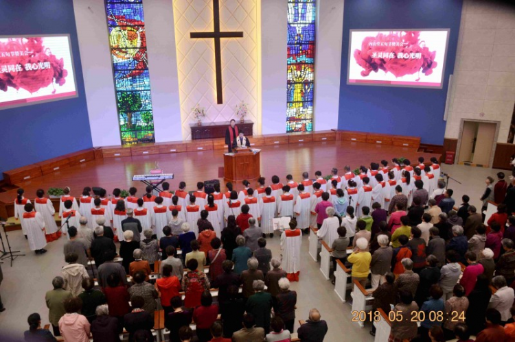 The choir of Dalian Xishan Church led the congregation to worship God on May 20, 2018.
