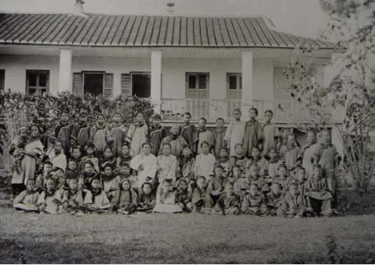 Group photo: the teachers and students of Yangzheng Girls' School when it was founded in 1892