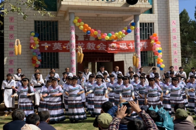 The choir in Miao costume sang hymns with dances.
