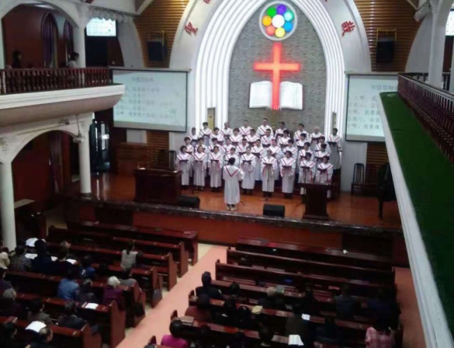 The choir sang hymns in Yuxian Church.