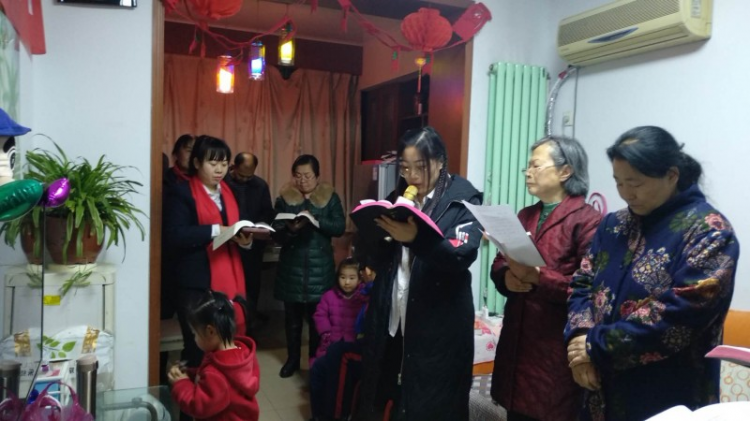 The congregation of Fulixiang sang Christmas carols in the shallow gathering place.