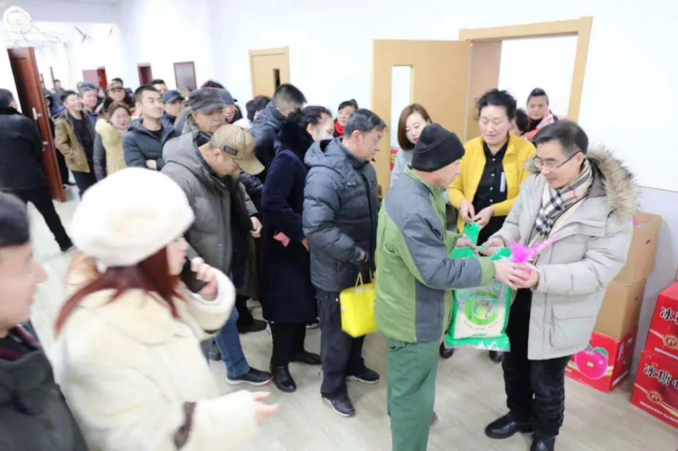 Enguang Church in Qiqihar, Heilongjiang, gave material to poor families and sanitation workers during Christmas.