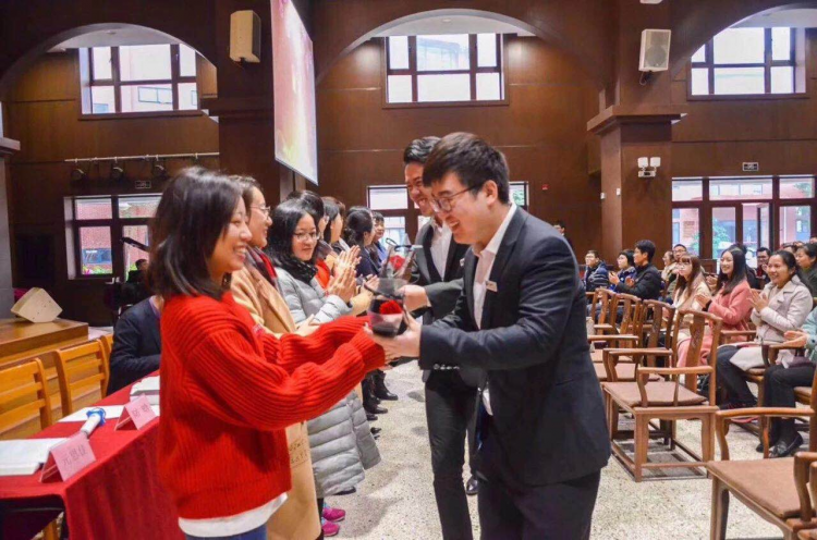 The male students of Fujian Theological Seminary gave flowers to female church workers in the service, Mar. 1, 2019.