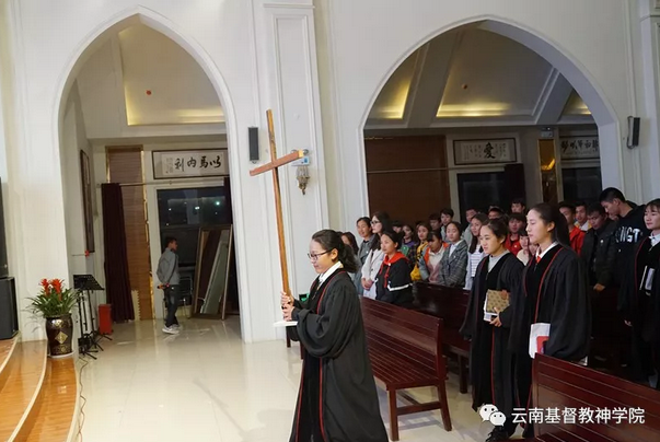 A woman held a cross high in her hands in the service hosted in Yunnan Theological Seminary, Mar. 1, 2019.