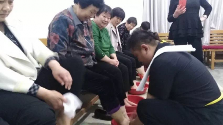 The staff of Shandong Yuncheng Church washed the feet of believers in the Maundy on Good Friday.